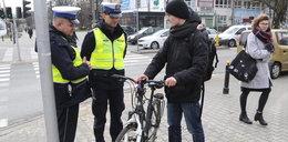 Policjanci kontrolują rowerzystów