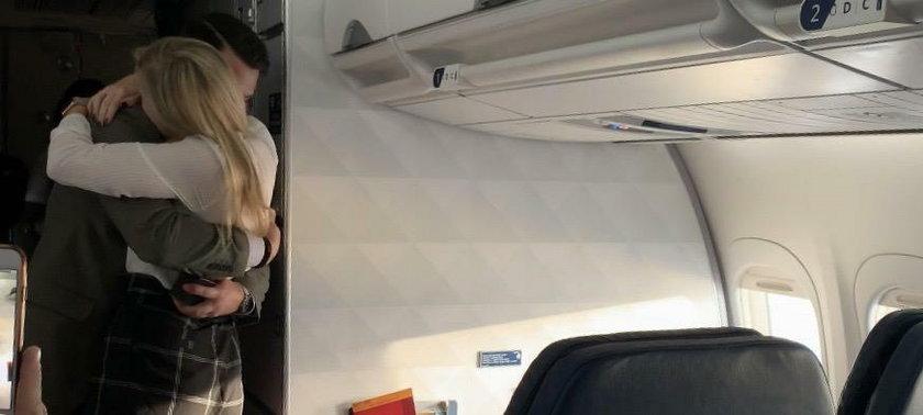 Oświadczyny w samolocie. Mężczyzna rozdał ludziom coś takiego...
