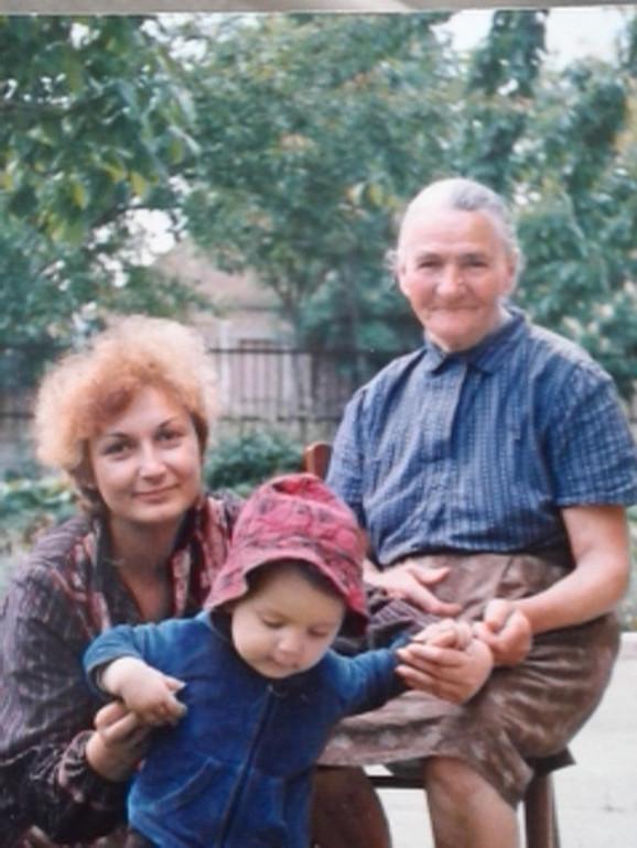 Viktor Lazić sa mamom i bakom Danicom