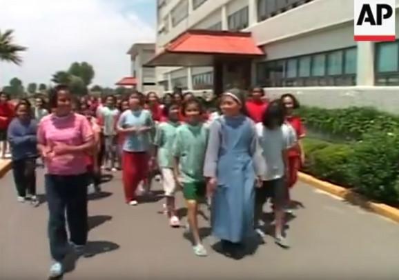 Časna sestra sa učenicima na snimku iz 2015.