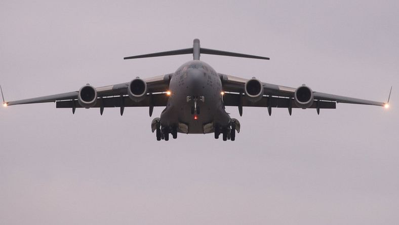 Amerykański samolot transportowy ląduje w Południowej Korei