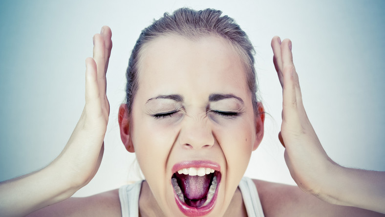 Kobieta krzyczy