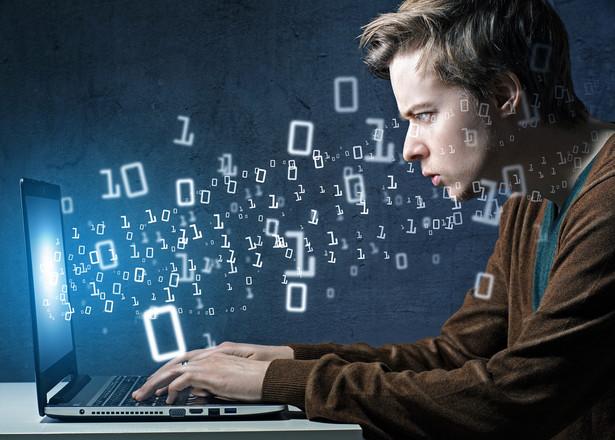 Programista wyjaśnił, że oprogramowanie tworzy zarówno samodzielnie, jak i przy współpracy z zespołem danego kontrahenta
