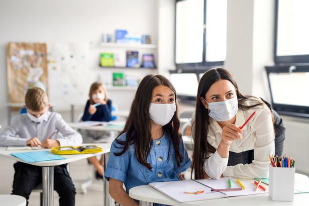 Mimo pandemii francuscy nauczyciele wciąż uczą w otwartych szkołach