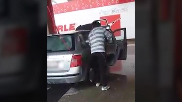 YT_Pere_auto_puskom_iznutra_vesti_blic_safe