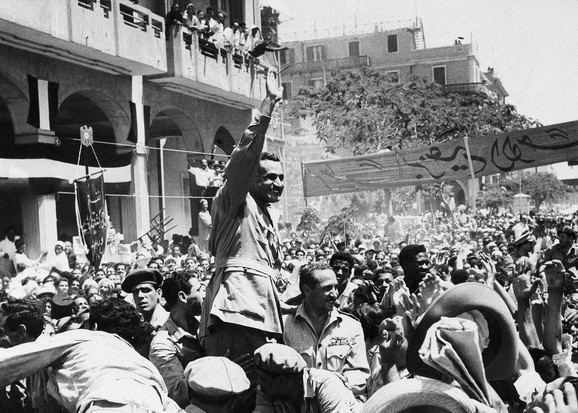 Predsednik Gamal Abdel Naser u Port Saidu posle podizanja egipatske zastave