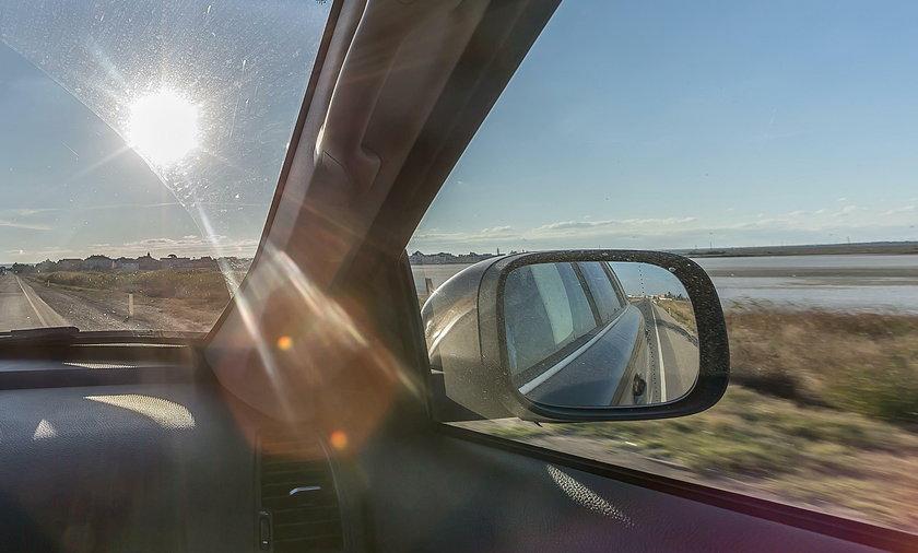 Puszki aerozolowe, pozostawione w rozgrzanym samochodzie, mogą stanowić zagrożenie