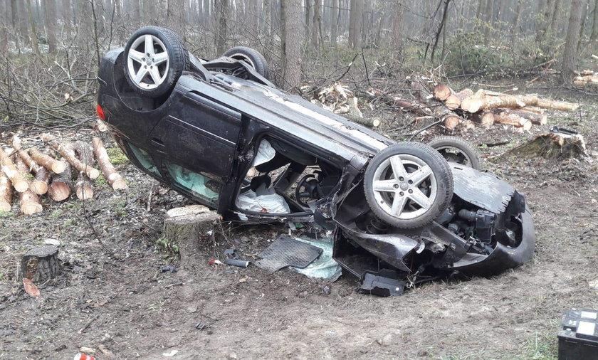 20-latek chciał uniknąć zderzenia, dachował. Z auta została miazga