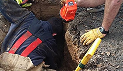Pies wpadł do głębokiej dziury. Szukali go trzy dni!