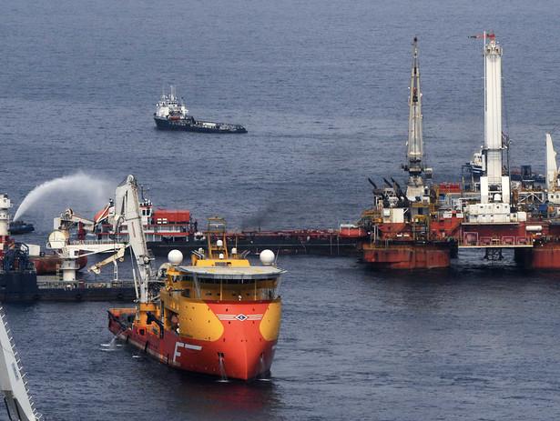 """BP próbuje zatamować wyciek ropy metodą """"top kill"""". Fot. Bloomberg"""