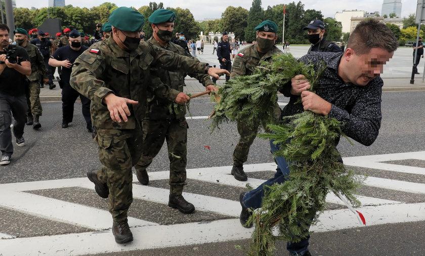 Po raz kolejny podczas miesięcznicy smoleńskiej doszło do incydentu i przepychanek z wojskiem i policją.
