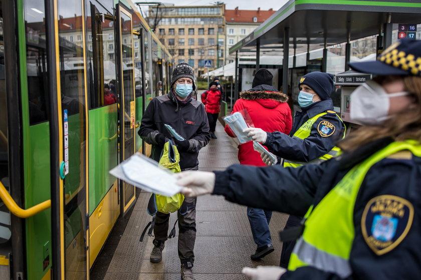Strażnicy miejscy rozdają mieszkańcom darmowe maseczki.