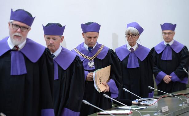 Siedmioosobowy skład SN uznał w środę, że prawo łaski może być stosowane wyłącznie wobec prawomocnie skazanych, a jego zastosowanie przed prawomocnym wyrokiem nie wywołuje skutków procesowych.