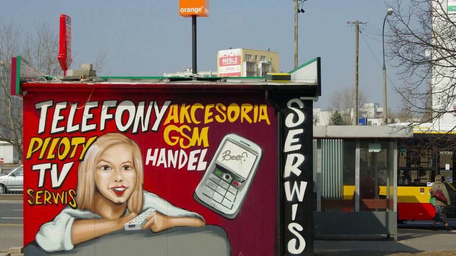 Graffiti reklamujące serwis telefoniczny