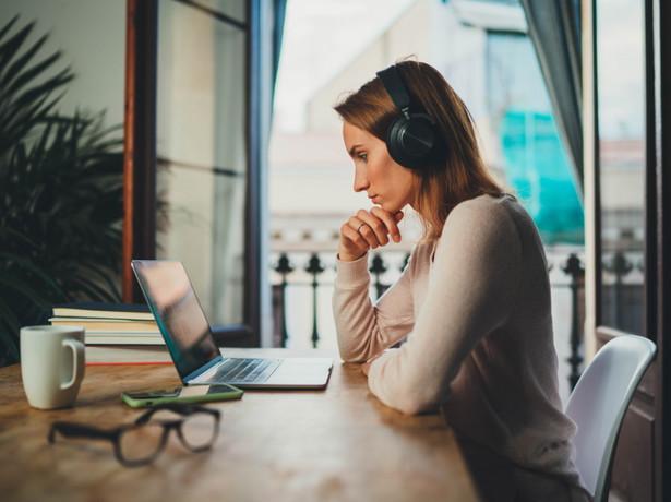 Z pracy Cellini i Grueso wynika, że studenci studiów licencjackich online wypadali gorzej na egzaminie końcowym we wszystkich typach testów
