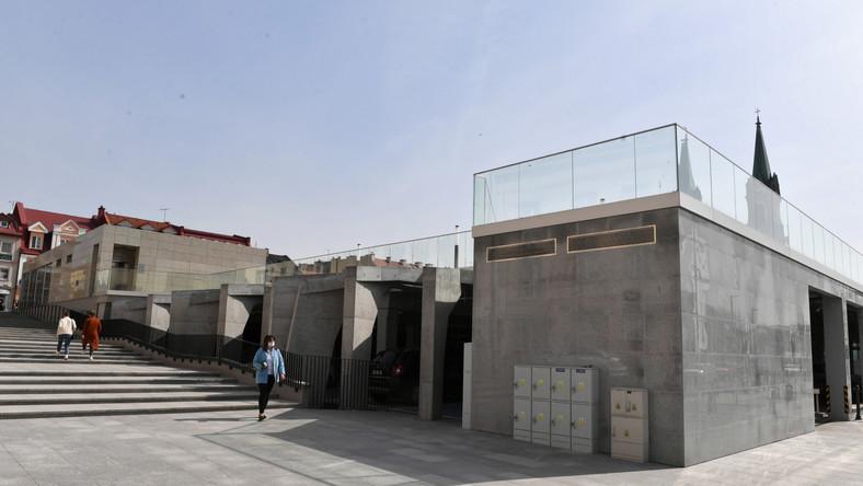 Zrewitalizowany Pl. Wolności w Kutnie. Podczas rewitalizacji placu w centrum Kutna stworzono na nim podziemny parking, projekt budzi kontrowersje m.in. z powodu braku zieleni miejskiej