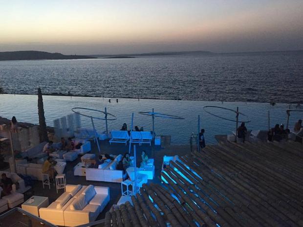 """Hotele z basenami """"wpadającymi"""" do morza można spotkać niemal na każdym kroku"""