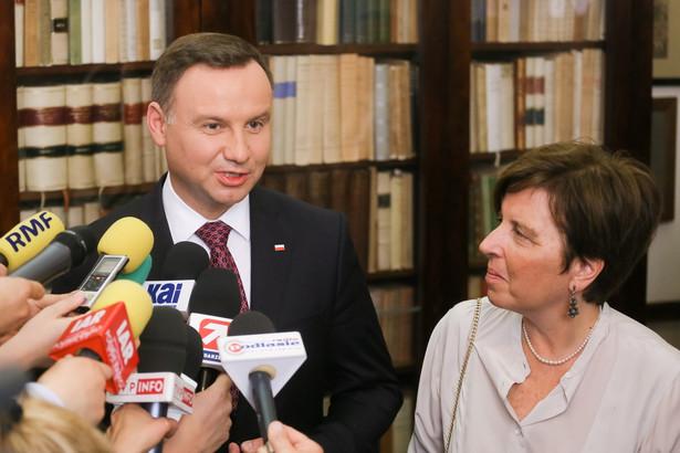 Prezydent Andrzej Duda i córka pisarza Marta Herling rozmawiają z dziennikarzami podczas wizyty w Palazzo Filomarino w Neapolu.