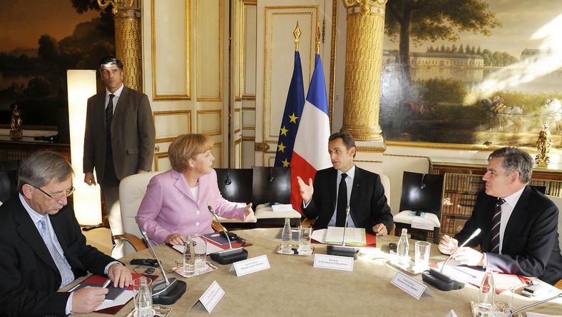 Sześciopak i pakt fiskalny. W 2011 roku z inicjatywy niemieckiej przyjęty został sześciopak – zestaw sześciu ustaw, które regulowały m.in. zasady tworzenia budżetów krajowych, tempo wzrostu wydatków i wymagane tempo redukcji długu publicznego. W ten sposób największy płatnik do unijnego skarbca – Niemcy – chciał zdyscyplinować europejskich dłużników : Grecję, Hiszpanię, Portugalię.