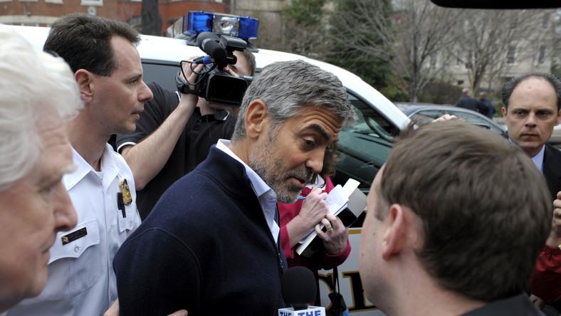 Clooney protestował przeciwko blokowaniu przez władze Sudanu dostaw pomocy humanitarnej do rejonu, w którym armia sudańska walczy z rebeliantami, sprzymierzonymi z Sudanem Południowym.