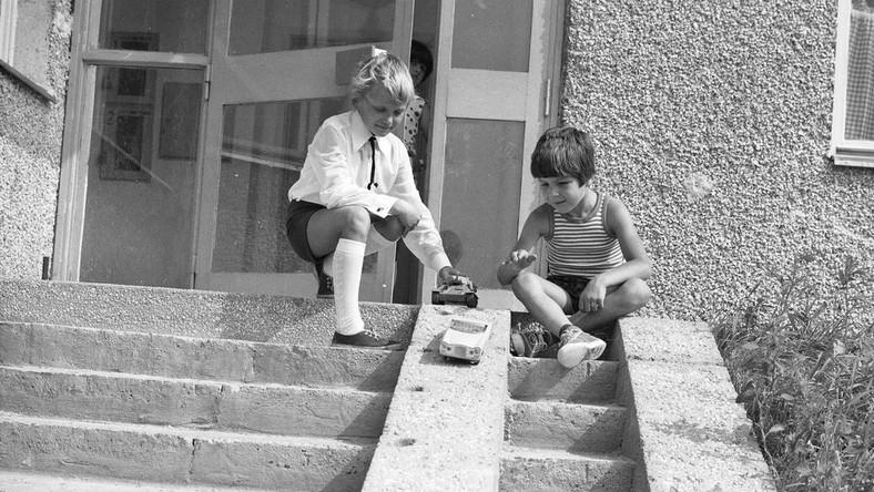 podwórko PRL dzieci zabawa