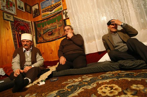 Šejh tekije u Nesalcu Hajrula Šehu (levo) i gosti, šejhovi iz Gnjilana i Rahovice sa Kosova