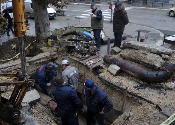 Toplovod pukao na raskrnici ulica Kralja Petra i Marije Mage Magazinović