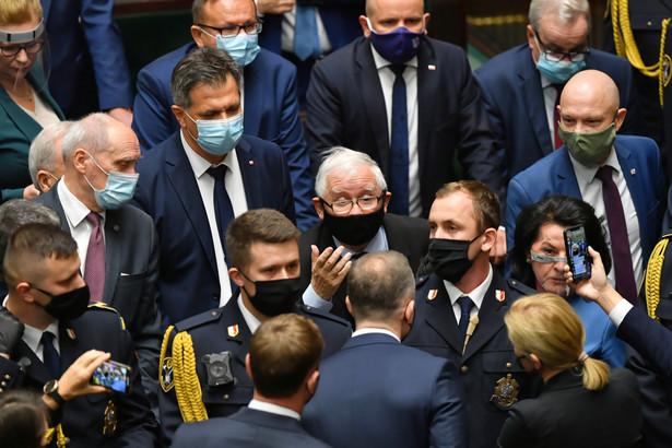 Jarosław Kaczyński w otoczeniu polityków PiS oraz straży marszałkowskiej w Sejmie