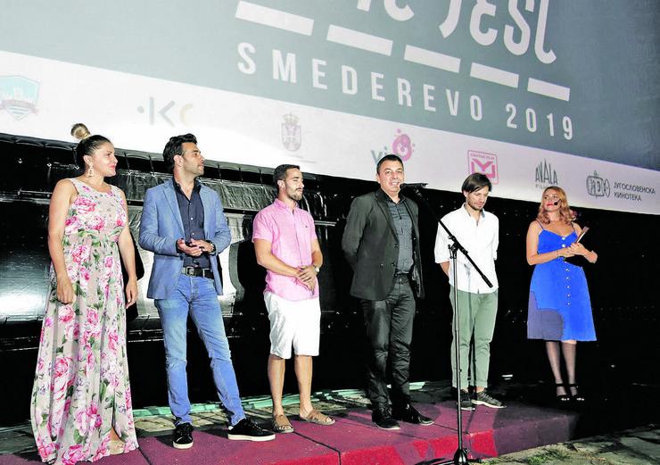 """Gost selektor Jugoslav Pantelić je predstavio glavni i mladi žiri, koji su izgovarajući uglas """"festival je otvoren"""" označili početak manifestacije"""