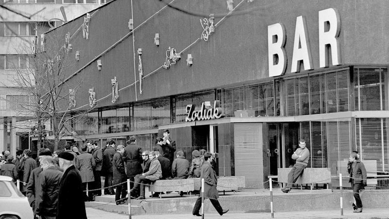 Bar Zodiak na rogu Pasażu śródmiejskiego i ul. Widok w Warszawie, rok 1969
