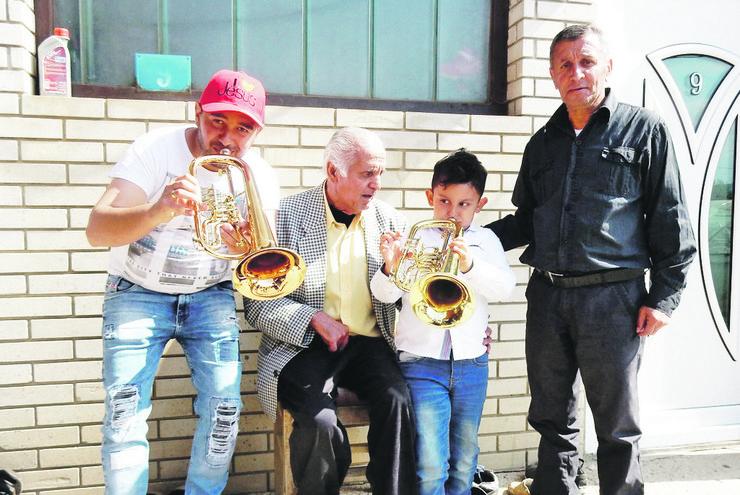LESKOVAC09_Cetiri generacije Sejdica_Sin Zoran trubu poklonio najmladjem clanu svom unuku_FOTO M Ivanovic