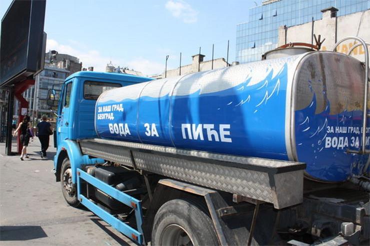 Za najnužnije potrebe za pijaćom vodom obezbeđena je auto-cisterna.