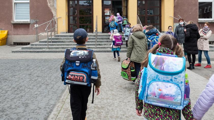 Jeśli uczniowie wrócą do szkół, to w ogromnym reżimie sanitarnym
