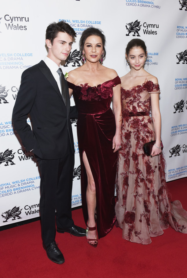 Catherine Zeta Jones, Dylan Michael Douglas i Carys Zeta Johnes