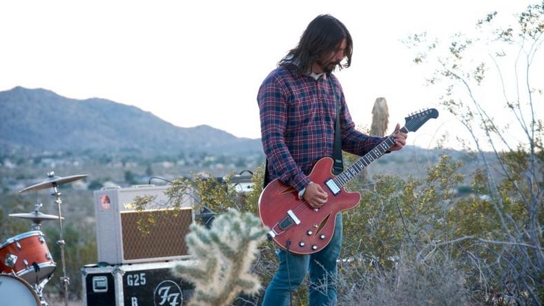 """–Nazywam się Dave Grohl, jestem perkusistą, mój występ może być do bani – mówi na powitanie ubrany w jeansowe spodnie i koszulę Grohl z przewieszoną przez ramię gitarą akustyczną. Stoi na małej scenie przed kilkudziesięcioma bywalcami w kawiarni Bluebird, słynnym miejscu spotkań muzyków w Nashville. Taką scenę można znaleźć w trzecim odcinku serialu """"Sonic Highways"""" pokazywanym w Stanach na kanale HBO. To zapis wyprawy zespołu Grohla Foo Fighters do ośmiu amerykańskich miast, by w każdym z nich nagrać jedną z piosenek na ich najnowszą płytę. W tych miastach spotykają się z miejscowymi muzykami i producentami, by opowiedzieli o jego muzycznej historii. Dave jest tutaj przewodnikiem, głównym prowadzącym, który przepytuje bohaterów, przy okazji opowiadając o sobie. Odwiedza też kultowe miejsca, jak właśnie wspomniane Bluebird Cafe i stara się zaprzyjaźnić z ich bywalcami, przy okazji udowadniając, że nie brakuje mu poczucia humoru i dystansu do siebie"""