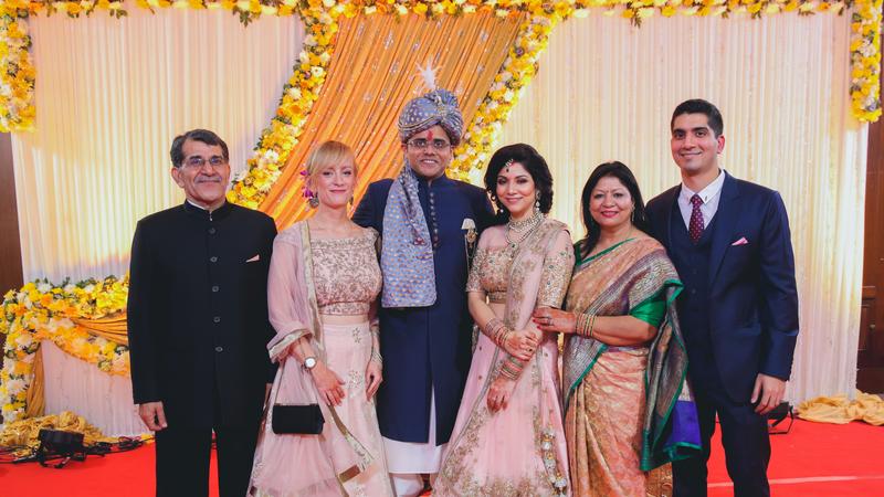 Natalia Tyczyńska z partnerem Chiragiem (po prawej) wraz z rodziną na weselu jego siostry Surabhi