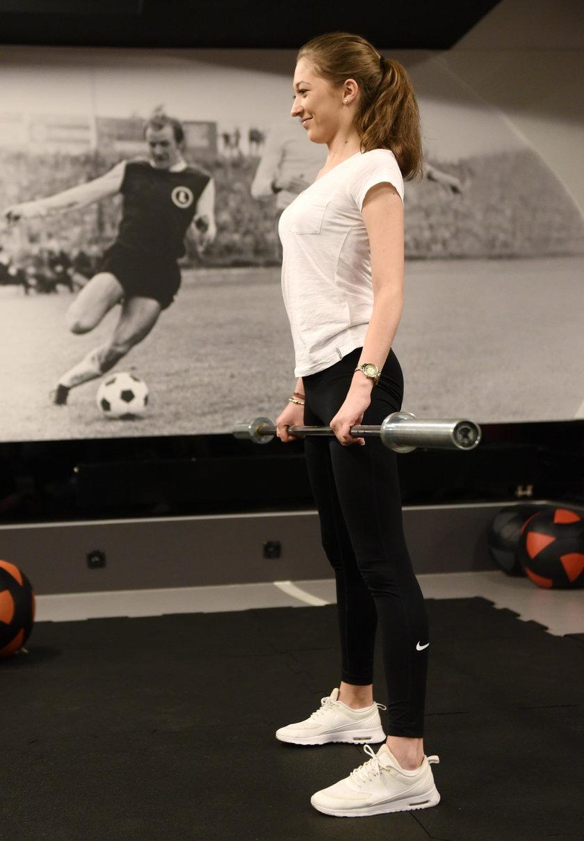 Ćwiczenie z tzw. gryfem fitnessowym