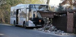 Autobus wjechał w ogrodzenie. Kabina kierowcy zupełnie zniszczona