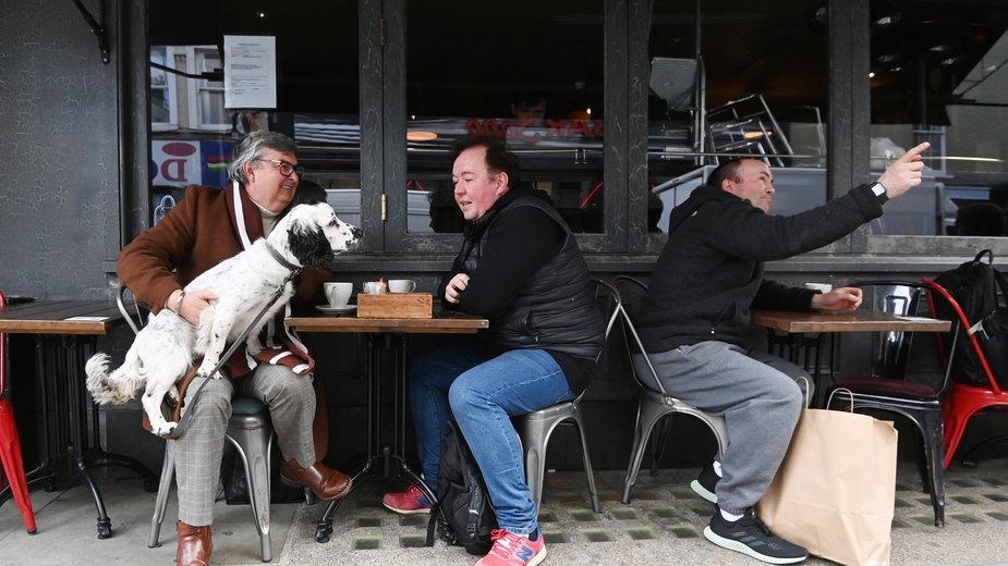 W Anglii od dziś otwarte puby, klienci szturmują restauracje