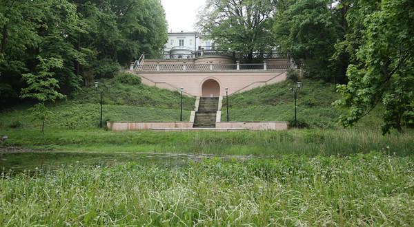 Zespół powstał w XVIII wieku. Niegdyś znajdowała się tu siedziba patrona dzielnicy – Juliana Ursyna Niemcewicza, którego chętnie odwiedzał Juliusz Słowacki.