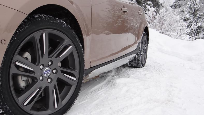 Volvo nabrało wiatru w żagle i wprowadza do swojej oferty kolejne modele aut zbudowane na bazie nowego V40. Teraz skandynawski producent planuje podbić segment kompaktowych crossoverów, czyli aut prawie terenowych, ale idealnie nadających się do zdobywania krawężników, pokonywania dziurawych ulic i szaleństwa na zaśnieżonych górskich drogach...