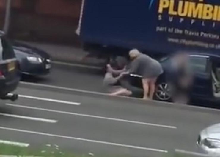 Velika Britanija žene tuča saobraćaj prtscn Youtube Random Video Serviss