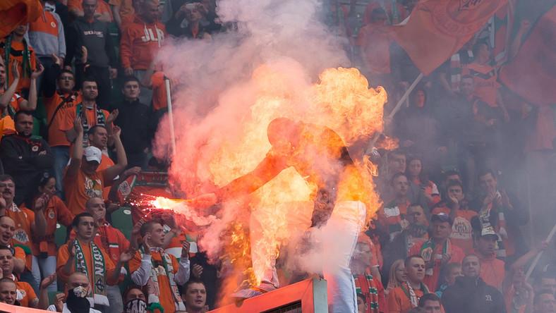 Kiedy jeden z kibiców Zagłębia odpalił racę na stadionie, został zaatakowany przez ochroniarza gazem łzawiącym.