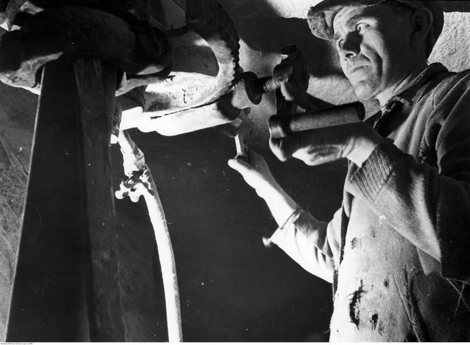 Górnik podczas pracy w kopalni, rok 1940