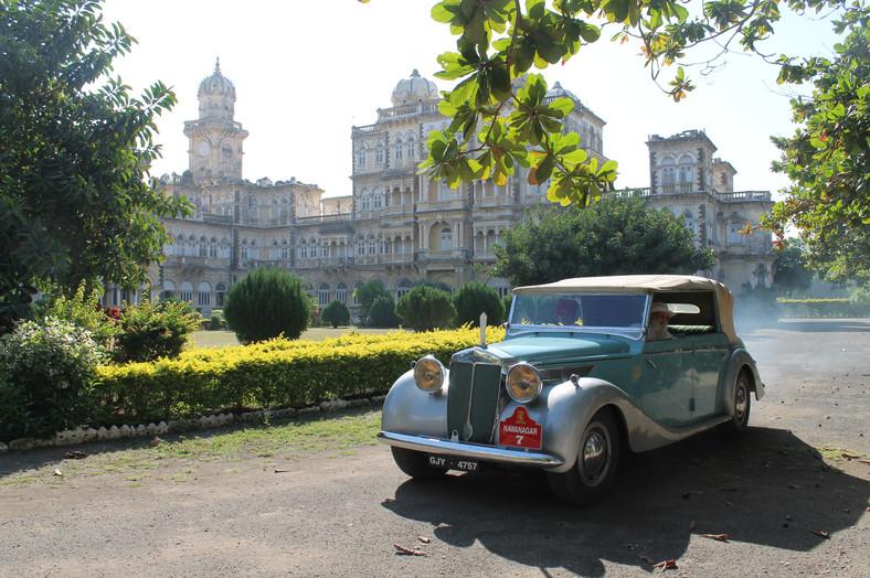 Shatrushalya Sinhji, syn Jam Saheba Digvijay Sinhji przed pałacem, fot. CHINTAN, AAKAAR Films