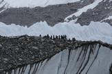 Veruje se da je na Mont Everestu blokirano oko 150 alpinista