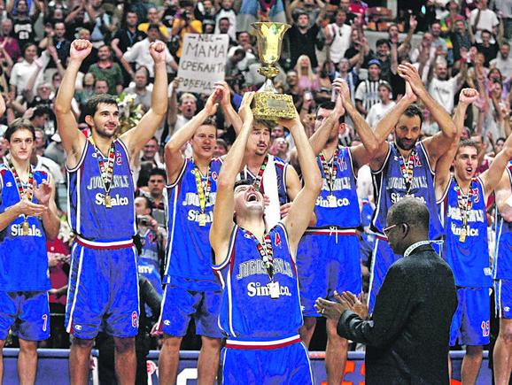 Legende: Naši košarkaši proslavljaju svetsko zlato u Indijanapolisu 2002. godine