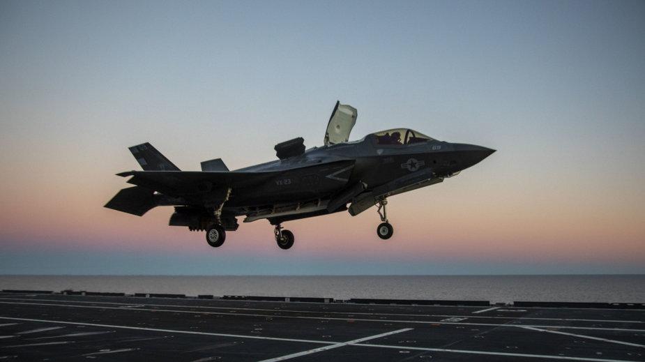 Amerykański F-35 ląduje na pokładzie włoskiego lotniskowca na Atlantyku (marzec 2021)