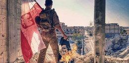 """To zdjęcie to hit sieci. Kim jest """"polski żołnierz"""" palący flagę terrorystów?"""