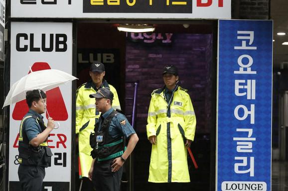 Policija ispred noćnog kluba u Gvangžuu u kome su poginule dve osobe, a nekoliko sportista, učesnika Svetskog prvenstva, povređeno
